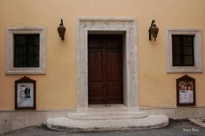 Porta del Teatro sociale di Amelia